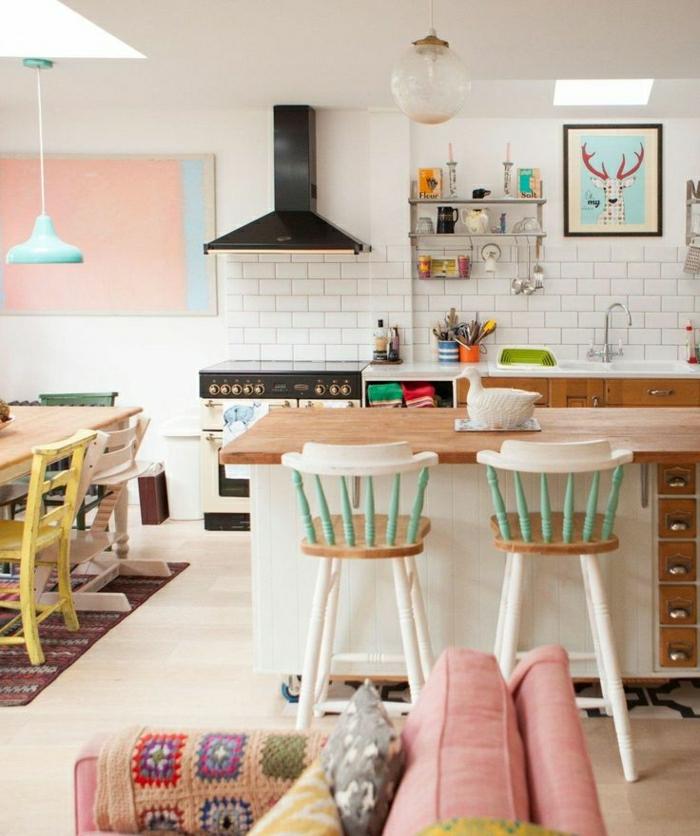 1-une-belle-cuisine-de-couleur-pastel-tapis-rouge-dans-la-cuisine-carrelage-blanc