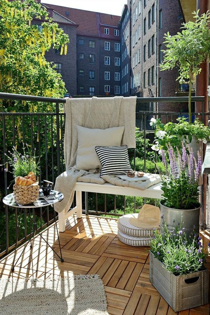 1-une-joli-terrasse-sol-en-parquet-belle-vue-table-pliable-en-fer-petite-table
