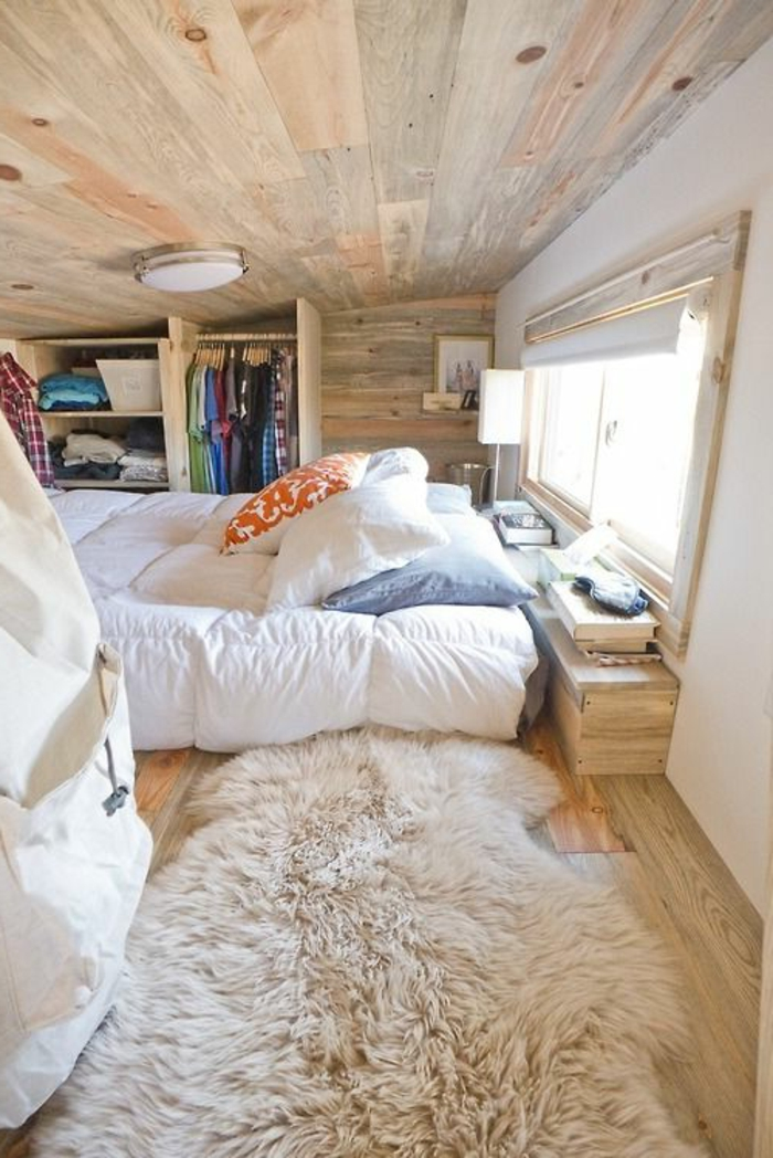 1-une-jolie-chambre-a-coucher-de-style-champetre-meubles-en-bois-massif-maison-bois-en-kit