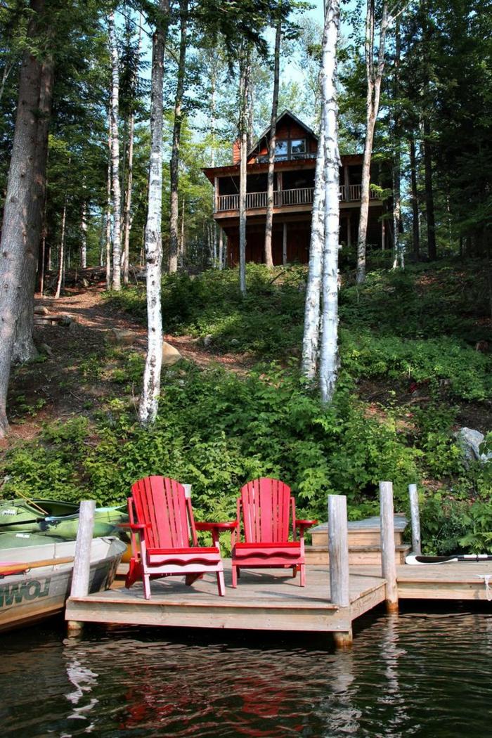 1-une-jolie-maison-au-bord-du-lac-chaises-en-bois-rouge-au-bord-du-lac
