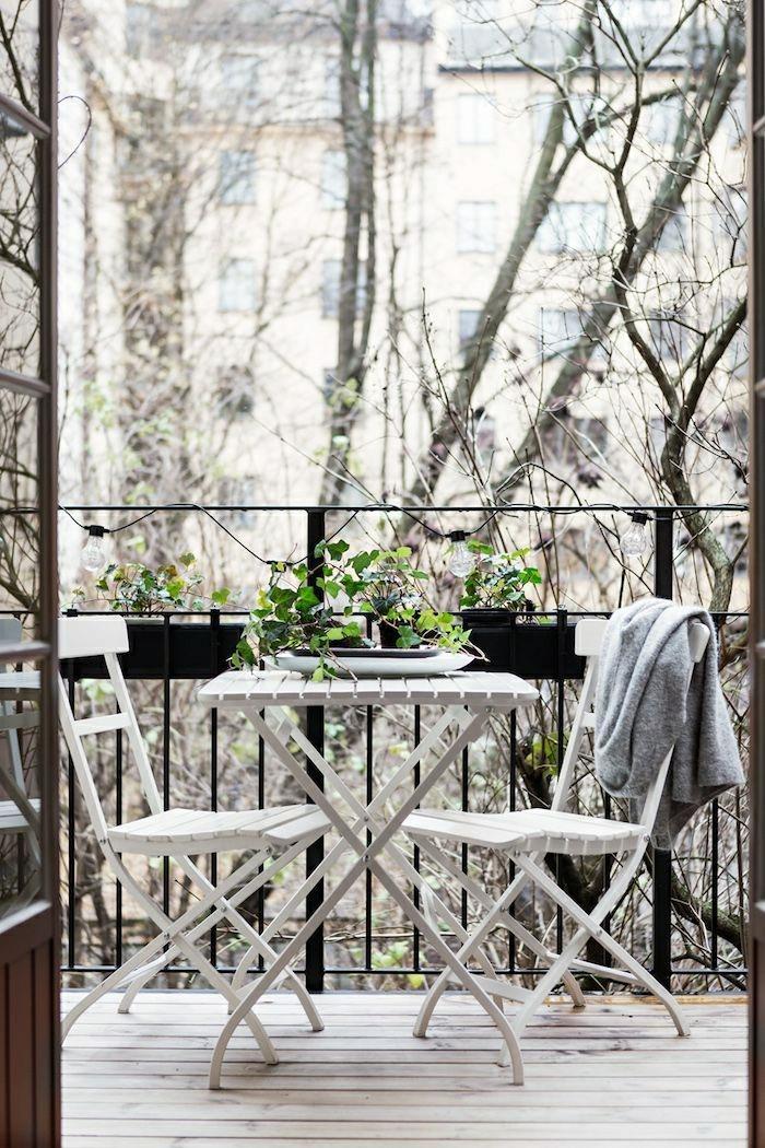 1-une-jolie-table-pliante-en-fer-blanc-chaises-et-table-ensemble-balcon-appartement-avec-balcon