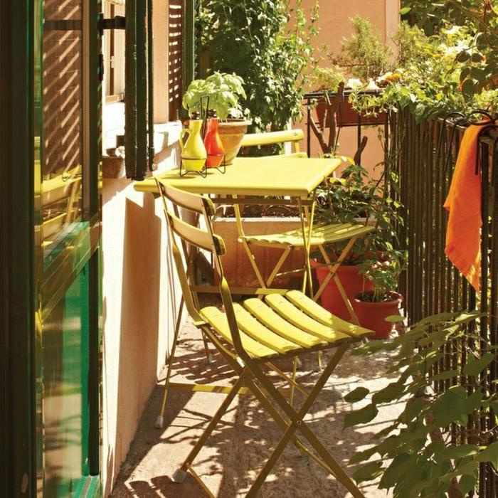 1-une-jolie-terrasse-avec-meubles-jaunes-fleurs-pour-le-balcon-table-pliante-en-fer