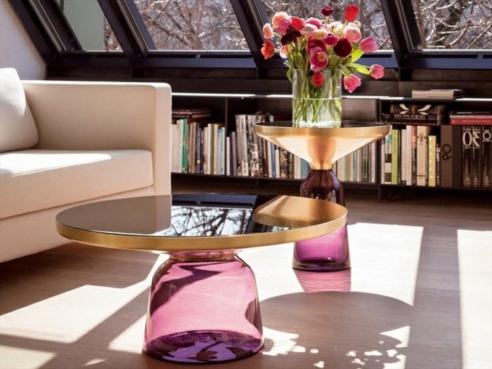 table-basse-ronde-design-unique-et-grandes-fenêtres
