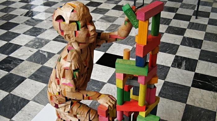 Building-Blocks-sculpture-sur-bois-de-Efraim-Rodriguez-Cobos-enfant-joue