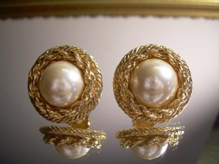 Dior-boucle-d-oreille-femme-boucles-d-oreilles-perle-et-or-versace