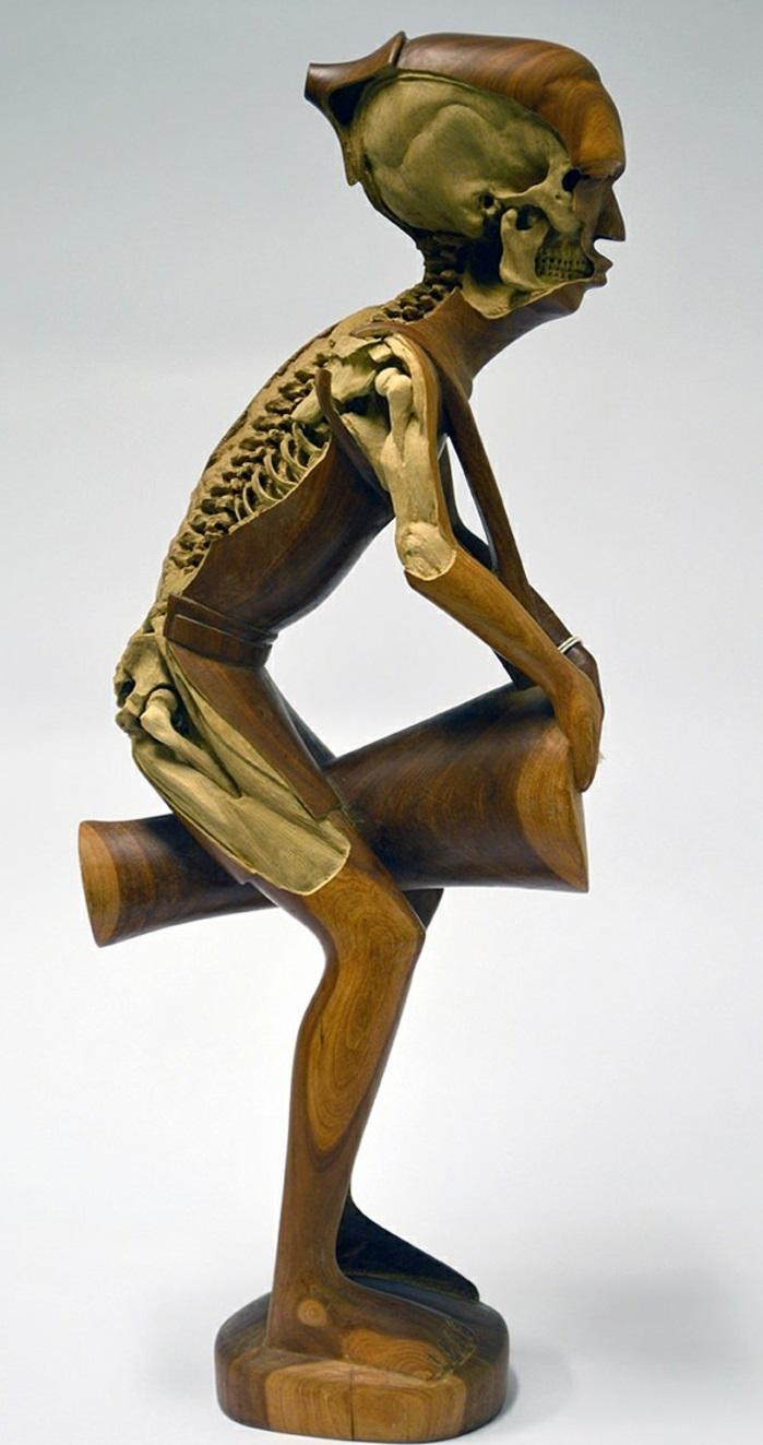 Re-carved-Sculpture-de-Maskull-Lassere-homme-squelleton