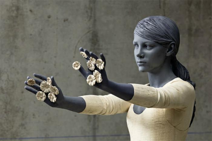 Sculptures-de-Willy-Verginer-belle-femme-robe-blanche-sculpture-en-bois