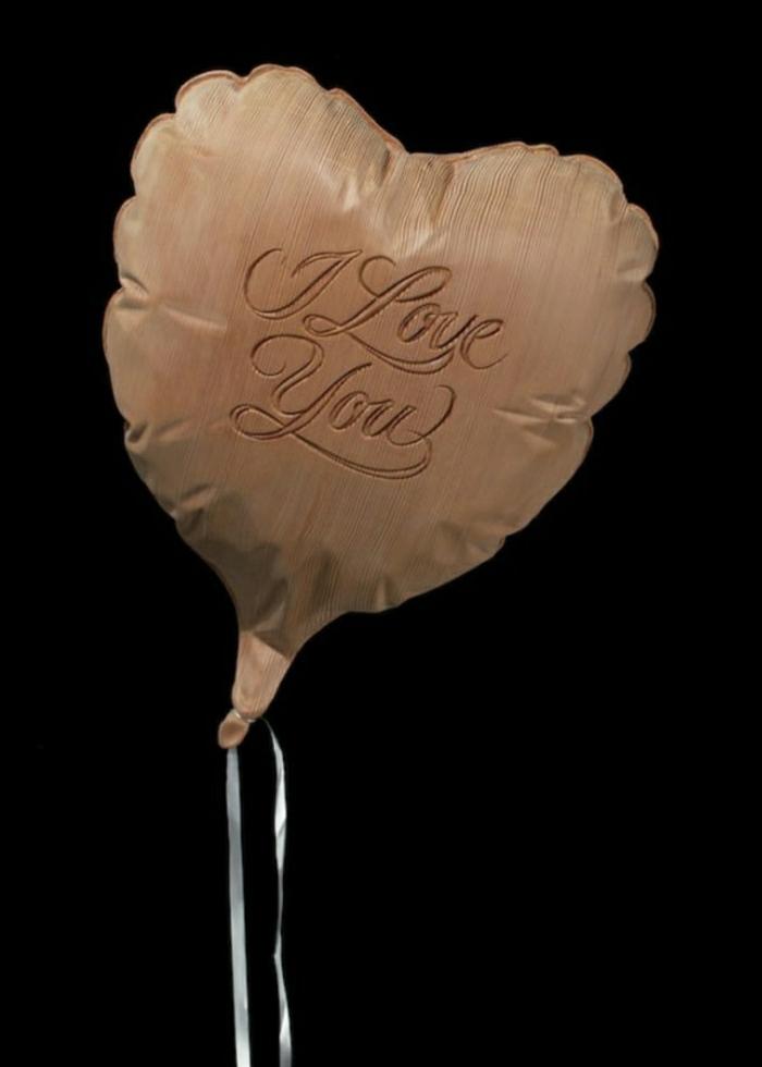 Wooden-Balloon-du-sculpteur-Dan-Webb-bien-réalisée-sculpture-sur-bois