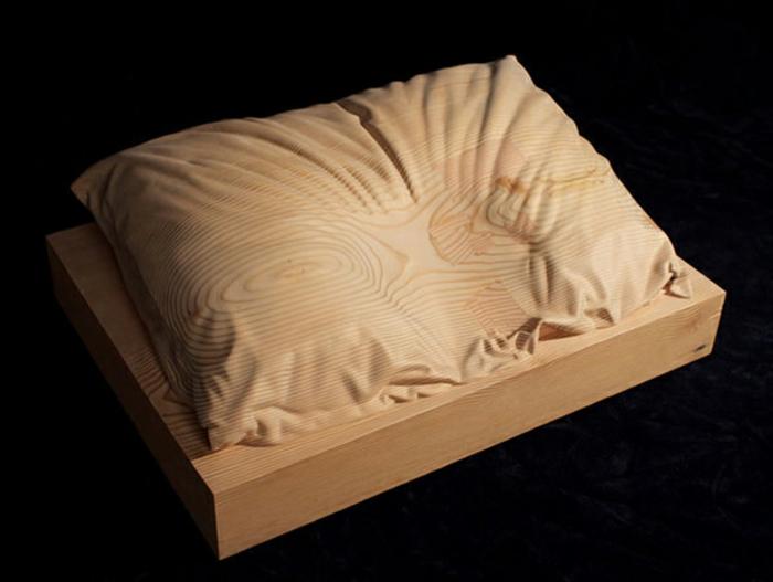 Wooden-Pillow-du-sculpteur-Dan-Webb-coussin-idée-sculpture-créative