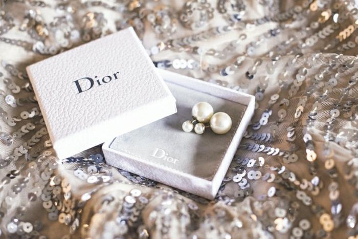 accessoires-bijou-boucle-d-oreille-dior-robe-paillettes-boite-blanche