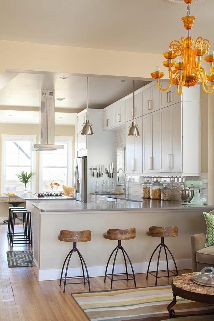 aménagement-de-cuisine-ouverte-tabourets-de-bar-et-suspension-orange