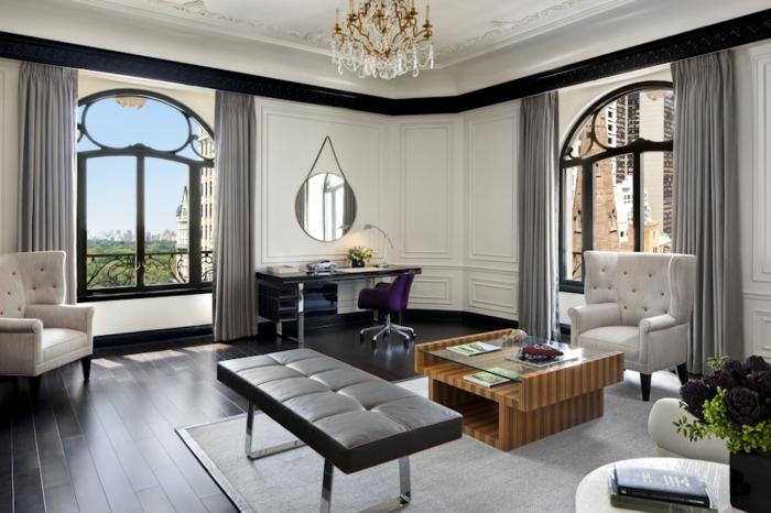 aménager-son-salon-idées-intérieur-déco-classique-fenetre-semi-ronde-lustre-baroque