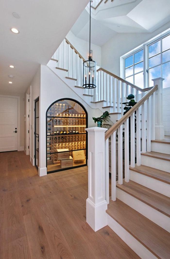 amenagement-placard-sous-escalier-idee-deco-escalier-à-voir-verre-vin-cool-chic-intérieur