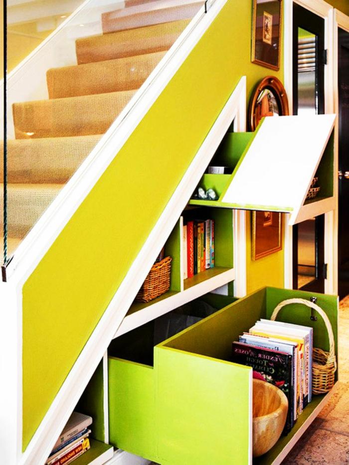 amenagement-sous-escalier-armoire-sous-pente-rangement-escalier-coloré-placard-rangement