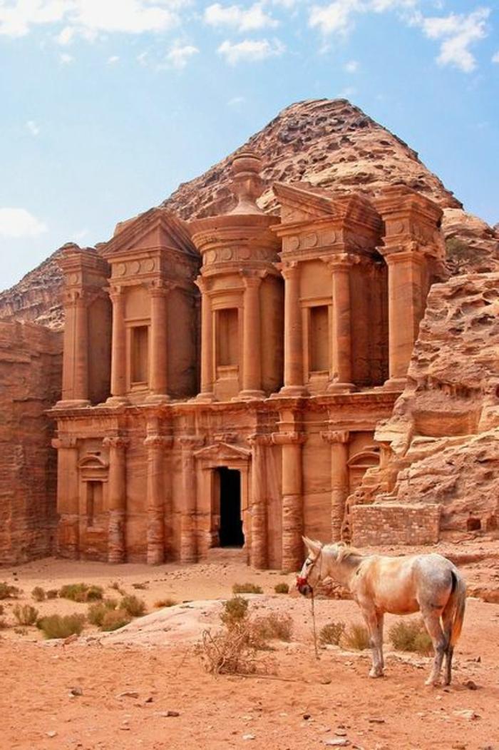architecture-vernaculaire-en-pierre-rouge