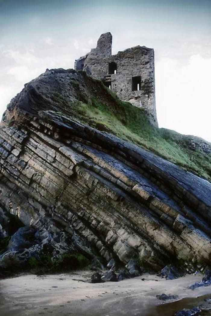 architecture-vernaculaire-jolie-forteresse-sur-le-rocher