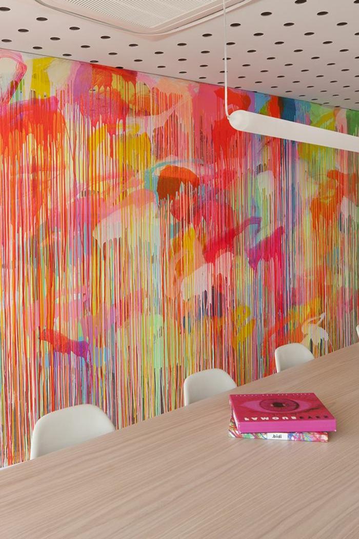 art-abstrait-au-mur-grande-table-bois-clair