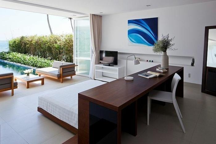 art-abstrait-bleu-intérieur-donnant-sur-une-piscine