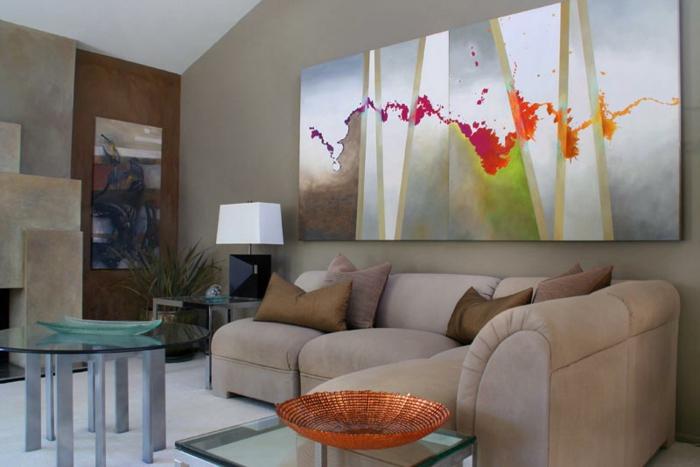 art-abstrait-intéressant-au-dessus-d'un-sofa-beige