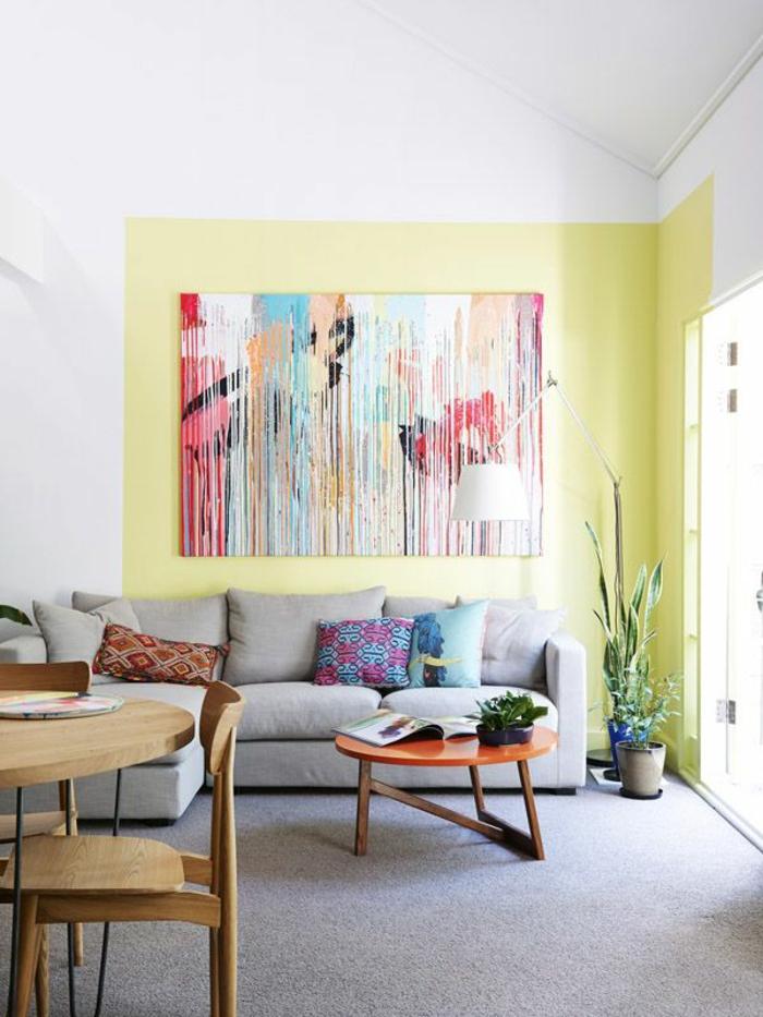 art-abstrait-sofa-sectionné-petite-table-ronde