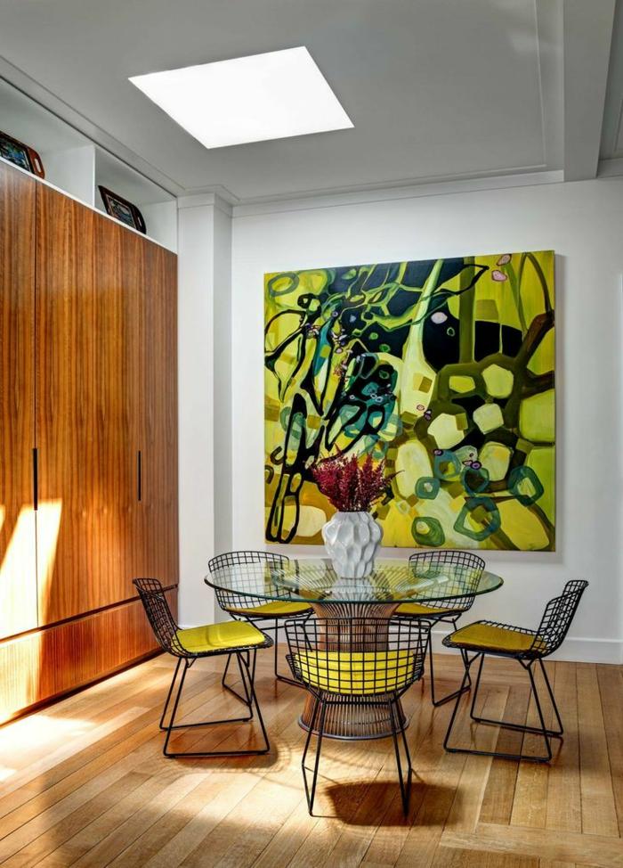 art-abstrait-table-ronde-une-grande-armoire
