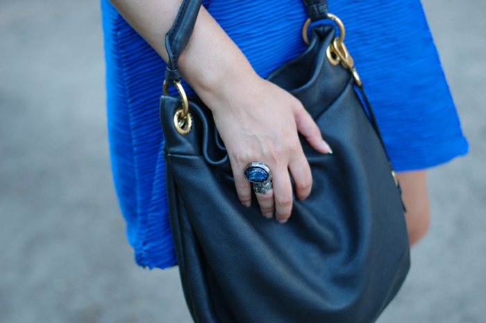 arty-ring-ysl-la-bague-arty-yves-saint-Laurent-bleu-robe