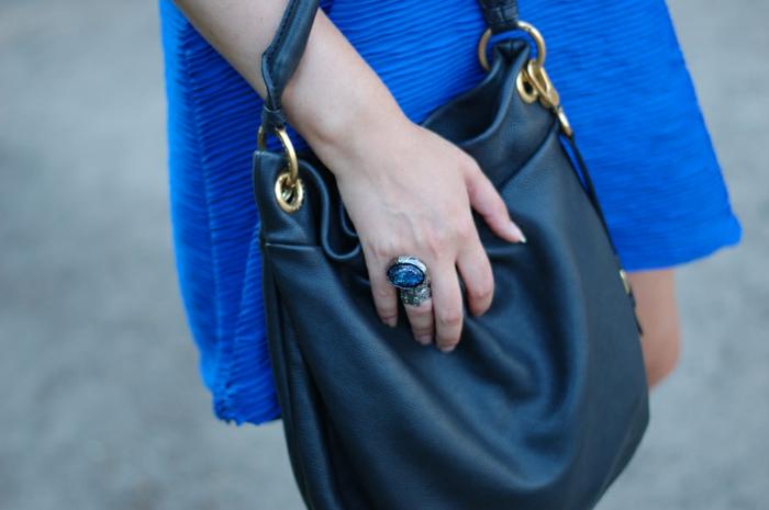 arty-ring-ysl-la-bague-arty-yves-saint-Laurent-bleu-robe