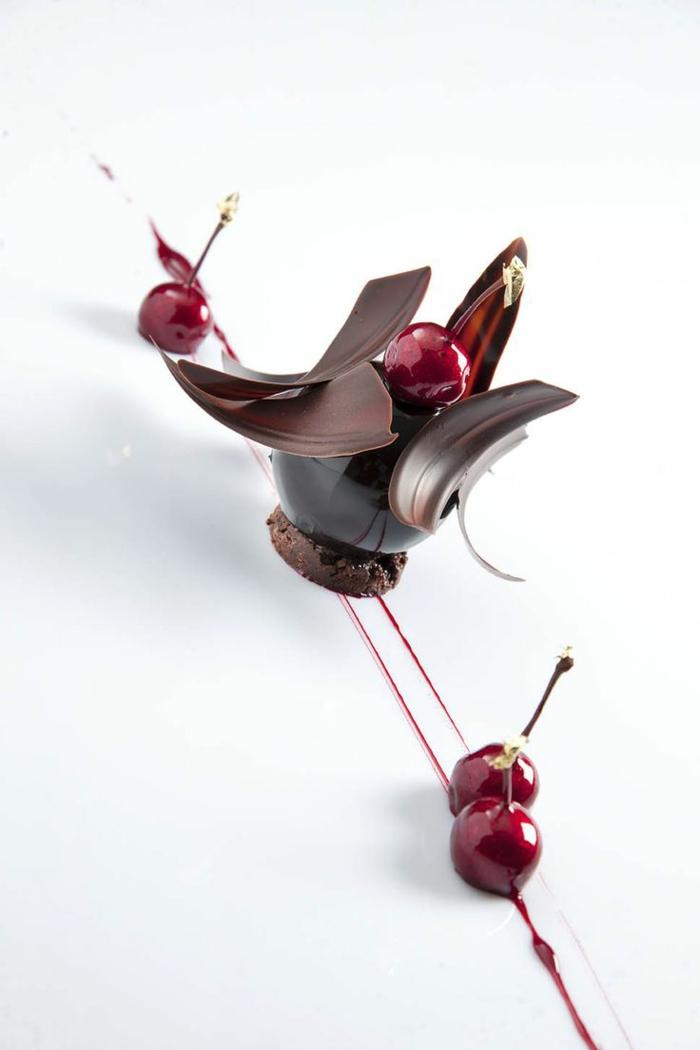 assiette-de-présentation-arrangement-brillant-avec-chocolat
