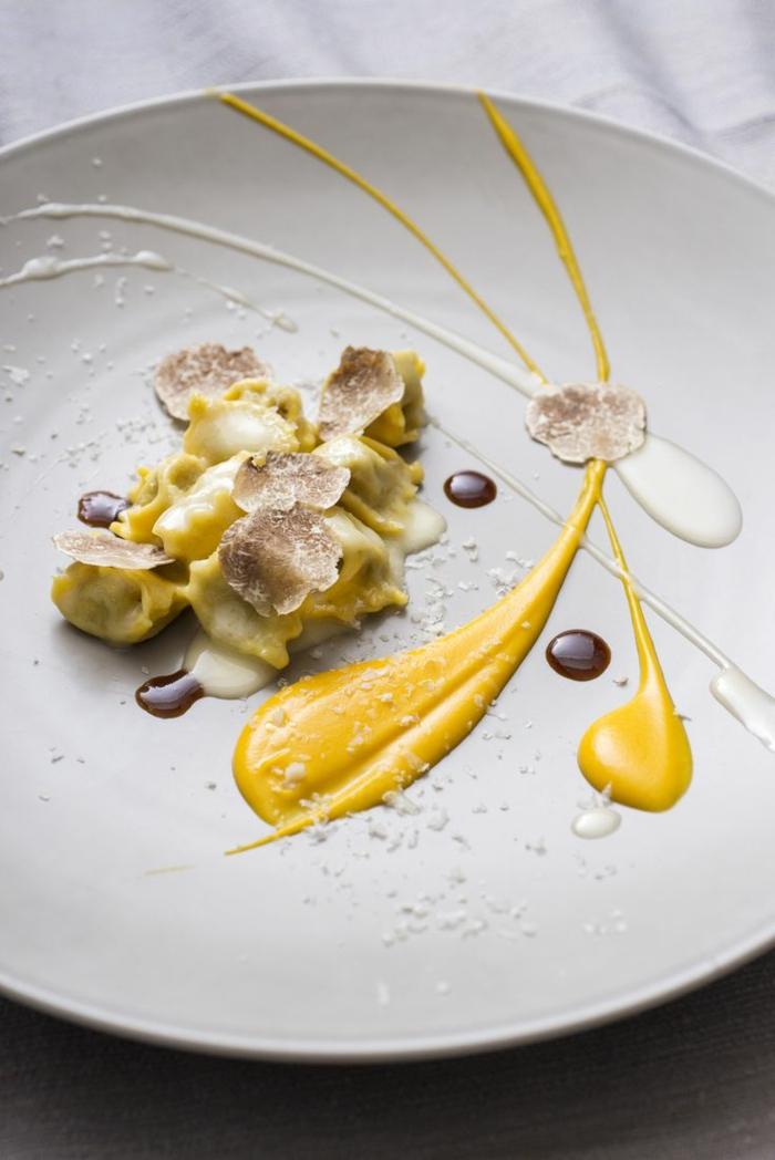 assiette-de-présentation-déco-avec-jaune-crème