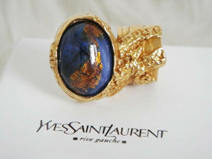 bague-yves-saint-laurent-accessoire-chique-or-et-pierre-bleu