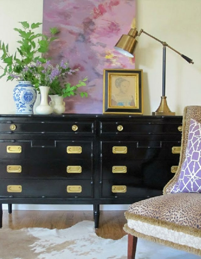 bahut-noir-laqué-salon-stylé-peinture-lampe-vintage