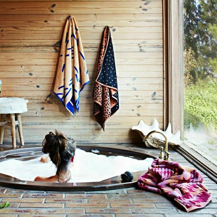 baignoire-jacuzzi-idée-intérieur-salle-de-bain-dans-le-jacuzzi-femme