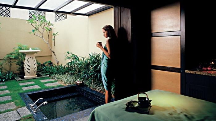 baignoire-jacuzzi-idée-intérieur-salle-de-bain-idée-jardin-plantes-vertes