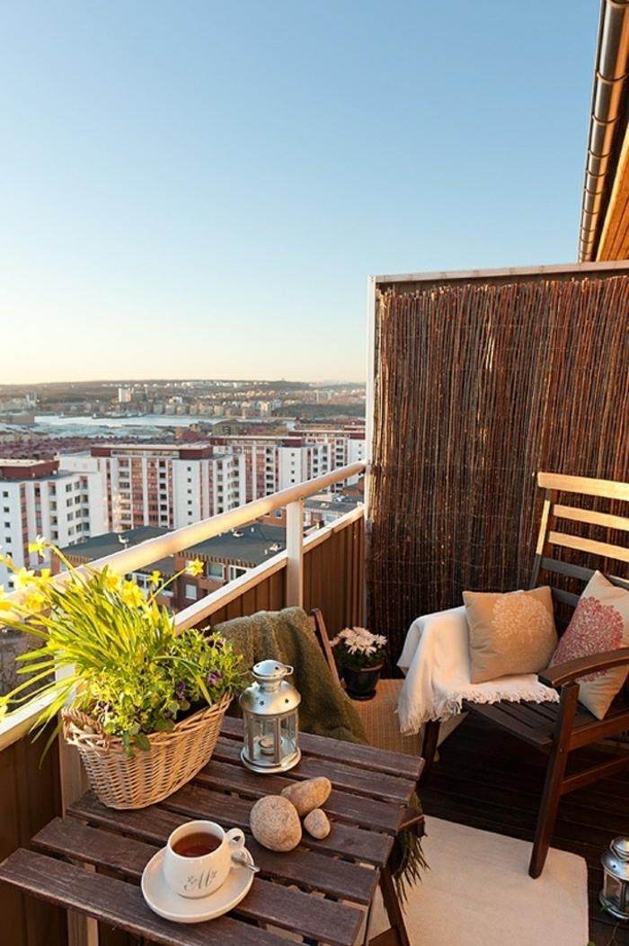 balcon-avec-une-belle-vue-splendide-ville-magnifique-table-en-bois-balcon