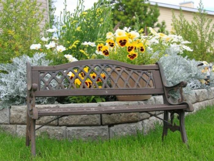 banc-de-jardin-beige-pelouse-verte-banc-de-jardin-moderne-mobilier-de-jardin