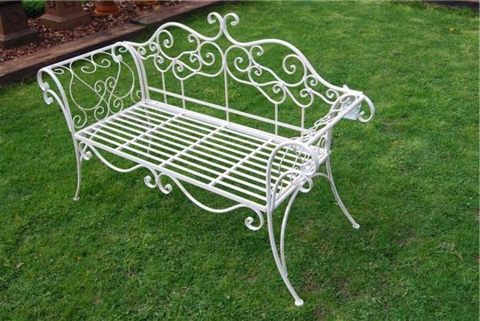 banc-fer-forgé-blanc-pelouse-verte-mobilier-de-jardin-design-original