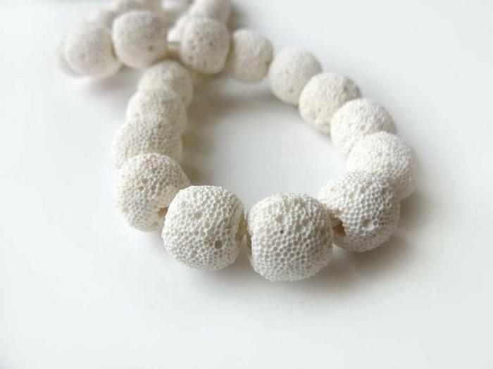 bijoux-avec-pierre-volcanique-blanche-collier-doux-naturel