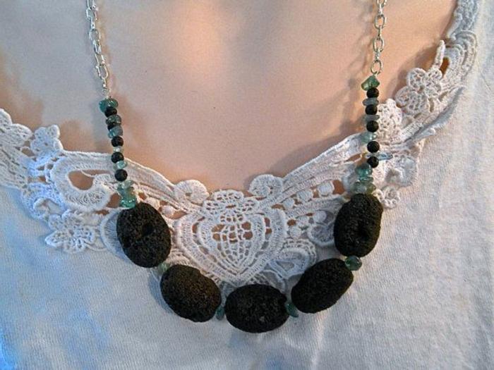 bijoux-avec-pierre-volcanique-collier-avec-du-métal-blanc