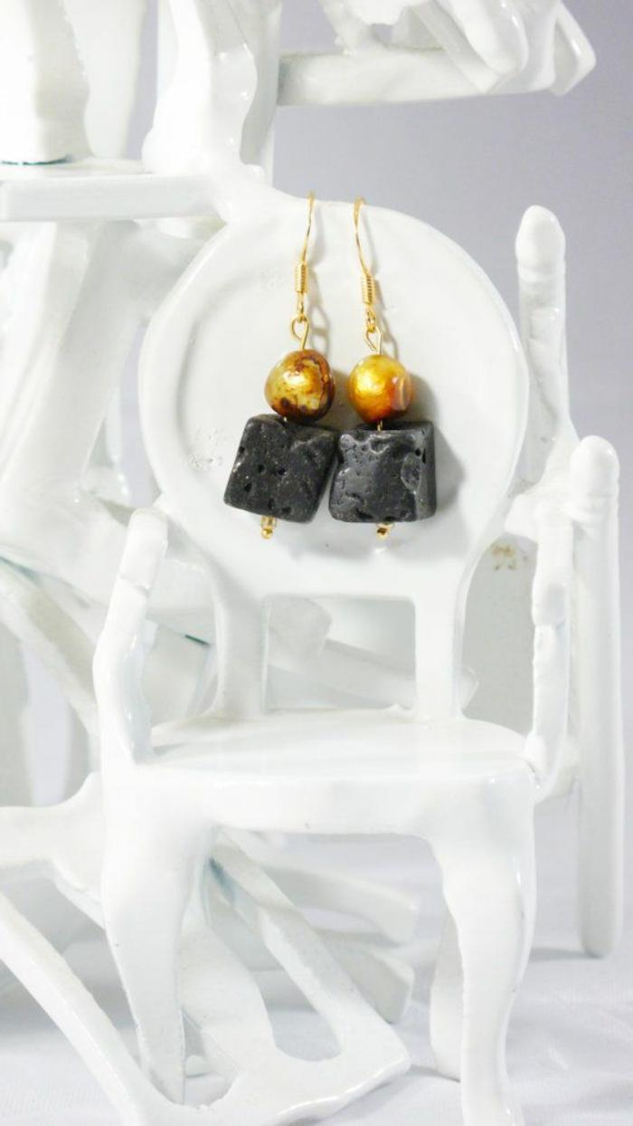 bijoux-avec-pierre-volcanique-noire-et-métal-jaune