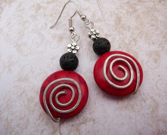 bijoux-avec-pierre-volcanique-noire-et-matériau-rouge