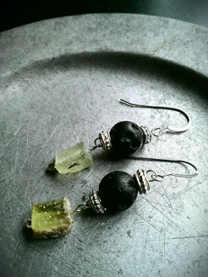 bijoux-avec-pierre-volcanique-noire-et-verre-ancien