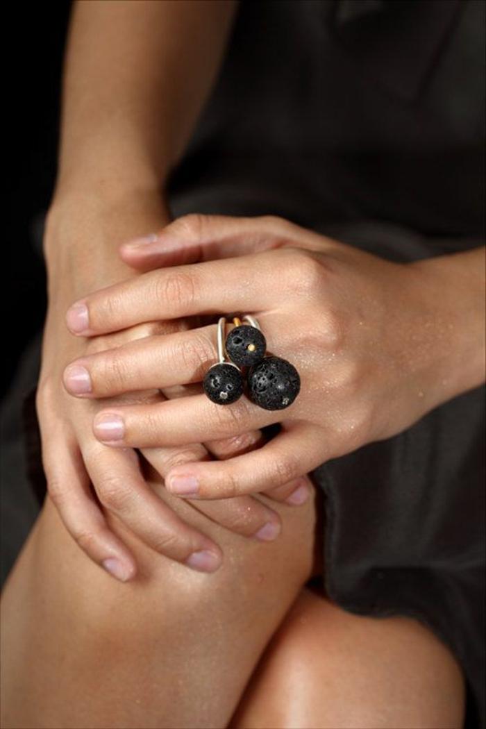 bijoux-avec-pierre-volcanique-noire-joli-bague-trois-pierres-volcaniques