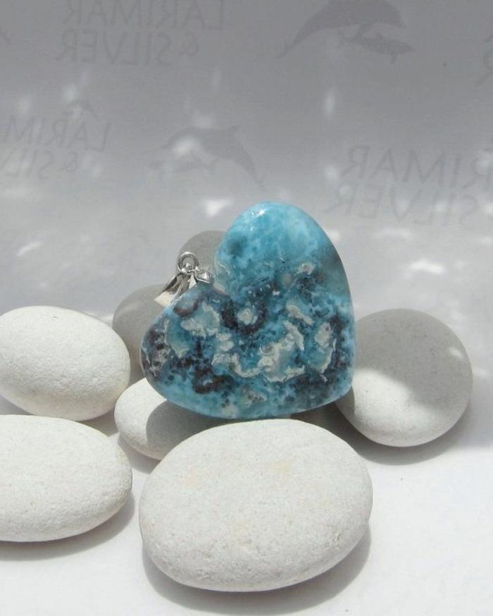 bijoux-avec-pierre-volcanique-pendentif-coeur-avec-larimar
