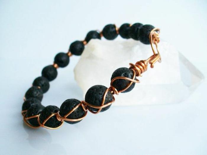 bijoux-avec-pierre-volcanique-pierres-volcaniques-noires-et-fil-de-cuivre