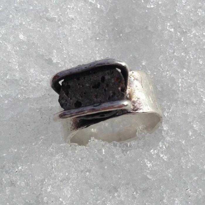 bijoux-avec-pierre-volcanique-une-bague-en-argent-et-pierre-volcanique-noire
