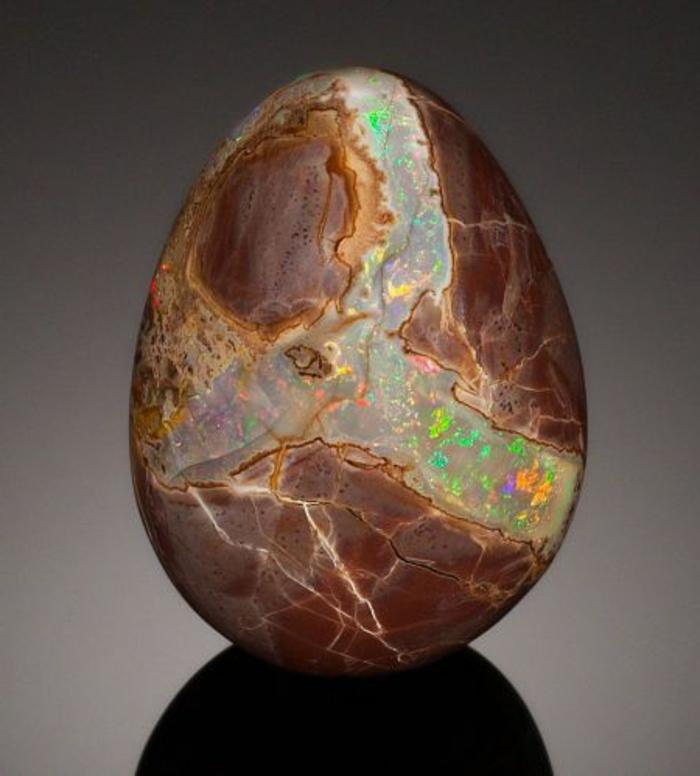 bijoux-avec-pierre-volcanique-une-pierre-avec-partie-de-lava-volcanique