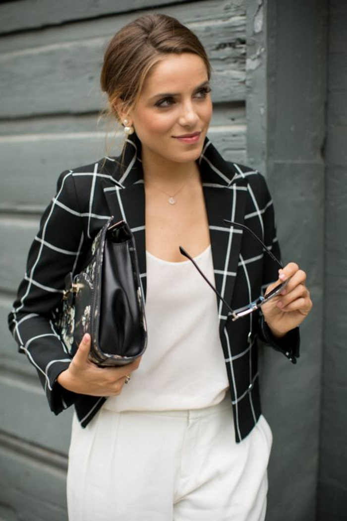 boucle-d-oreilles-dior-bijou-accessoire-belle-avec-blanc-pantalon-et-veste-noir