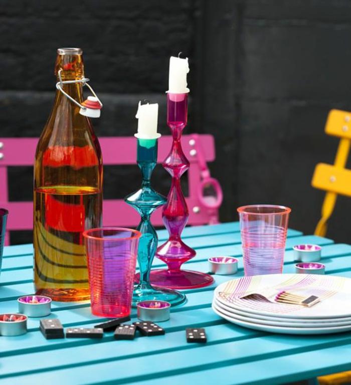 bougeoir-en-verre-bougeoirs-en-verre-coloré-sur-la-table