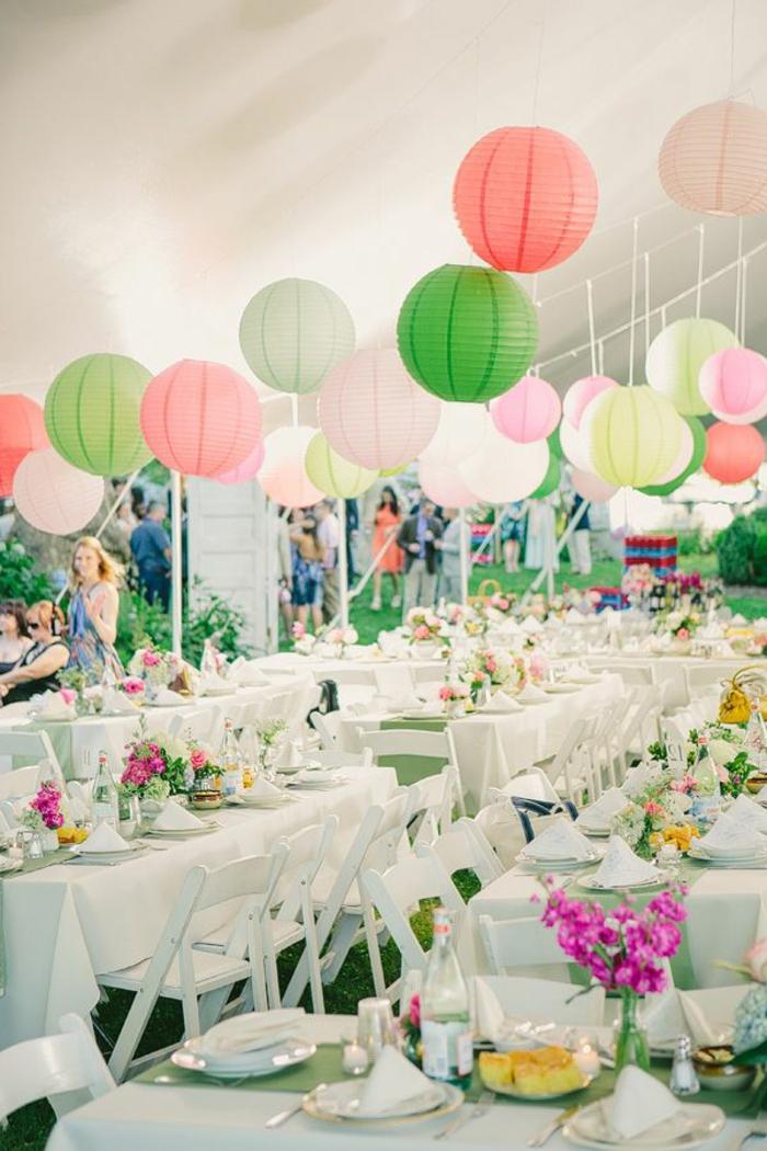 boule-chinoise-colorée-table-blanche-set-de-table-mariage-decoration-chaises-de-table-blanches
