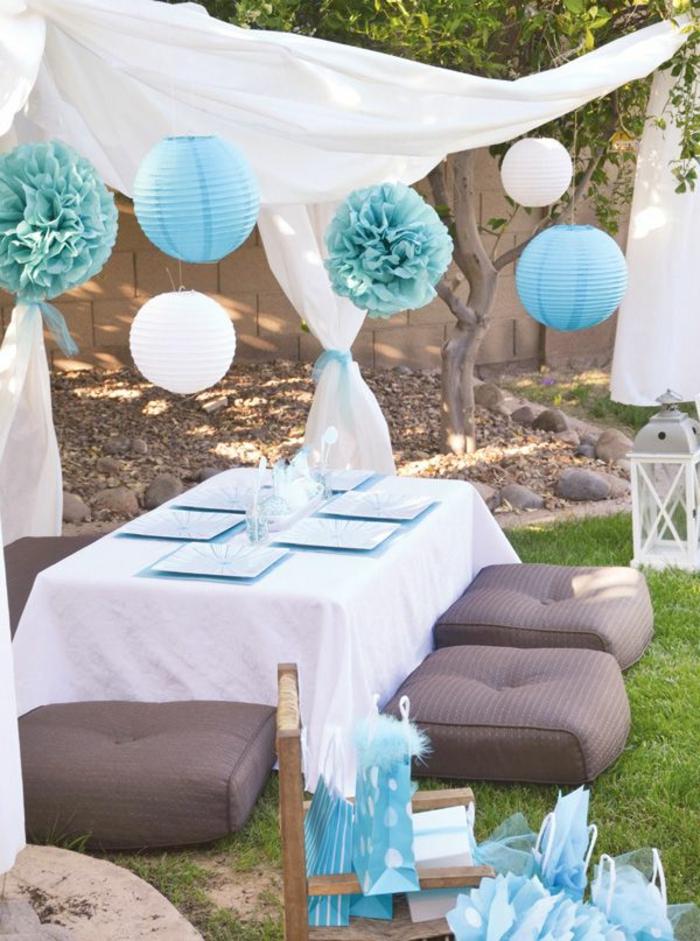 boules-chinoises-en-papier-decoration-blanc-bleu-ciel-table-de-jardin-chaises-de-table-basses